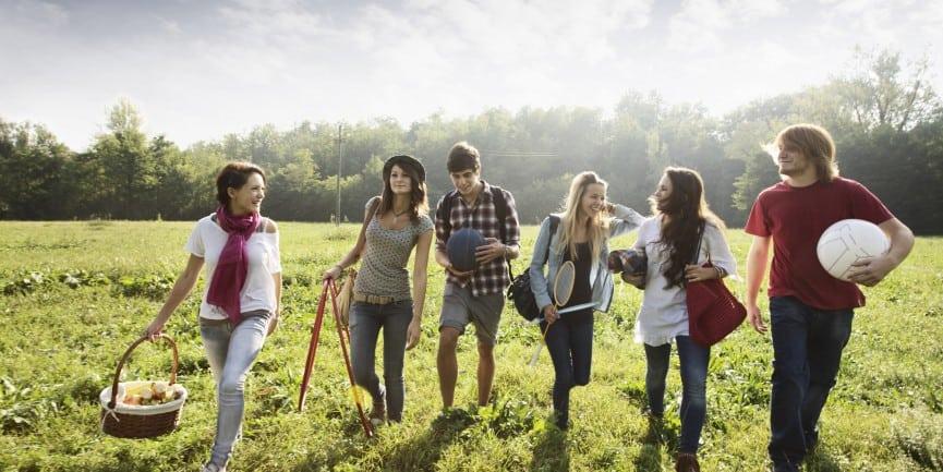 прогулка на природе с друзьями