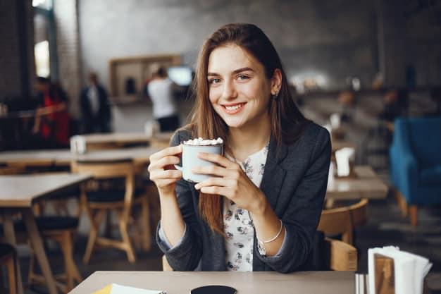 девушка сидит в кафе