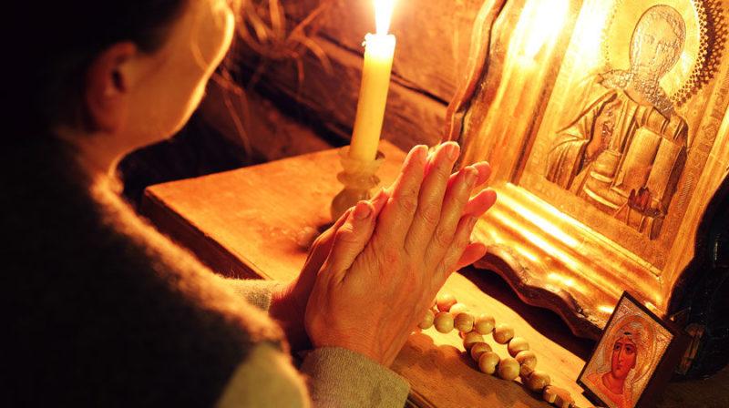 молится в благодарность