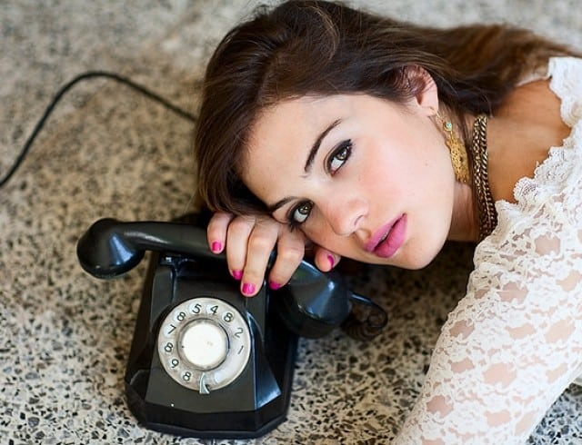 девушка с телефоном фото