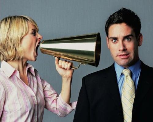 женщина кричит на мужчину