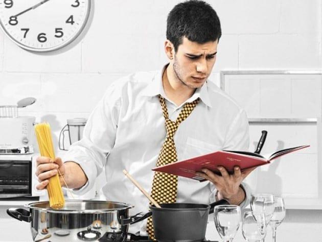 мужчина готовит фото