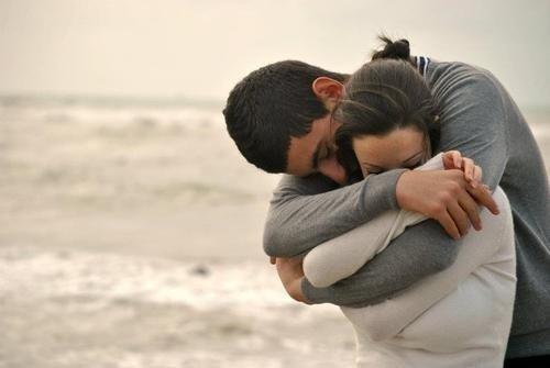 мужчина обнимает женщину фото