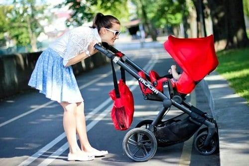 девушка с детской коляской