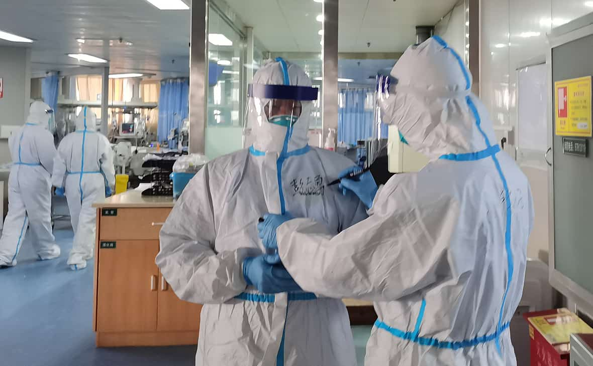 врачи в защитных костюмах