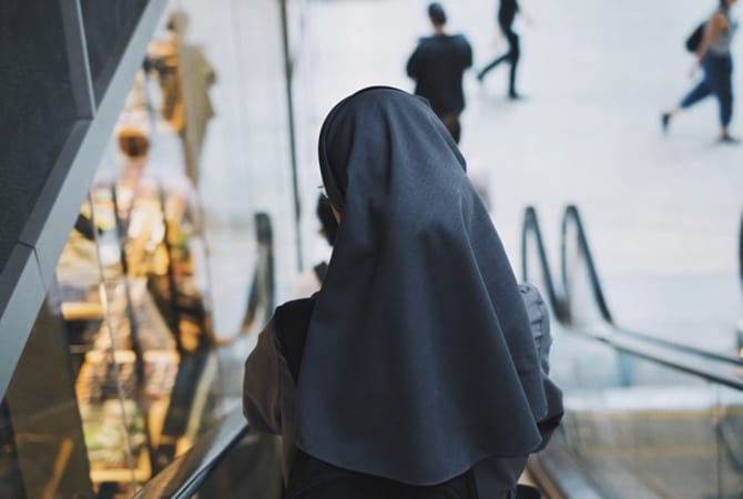 монахиня молится